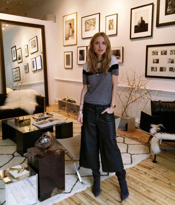 Alexandra Evangelista - calça pantacourt preta com bota