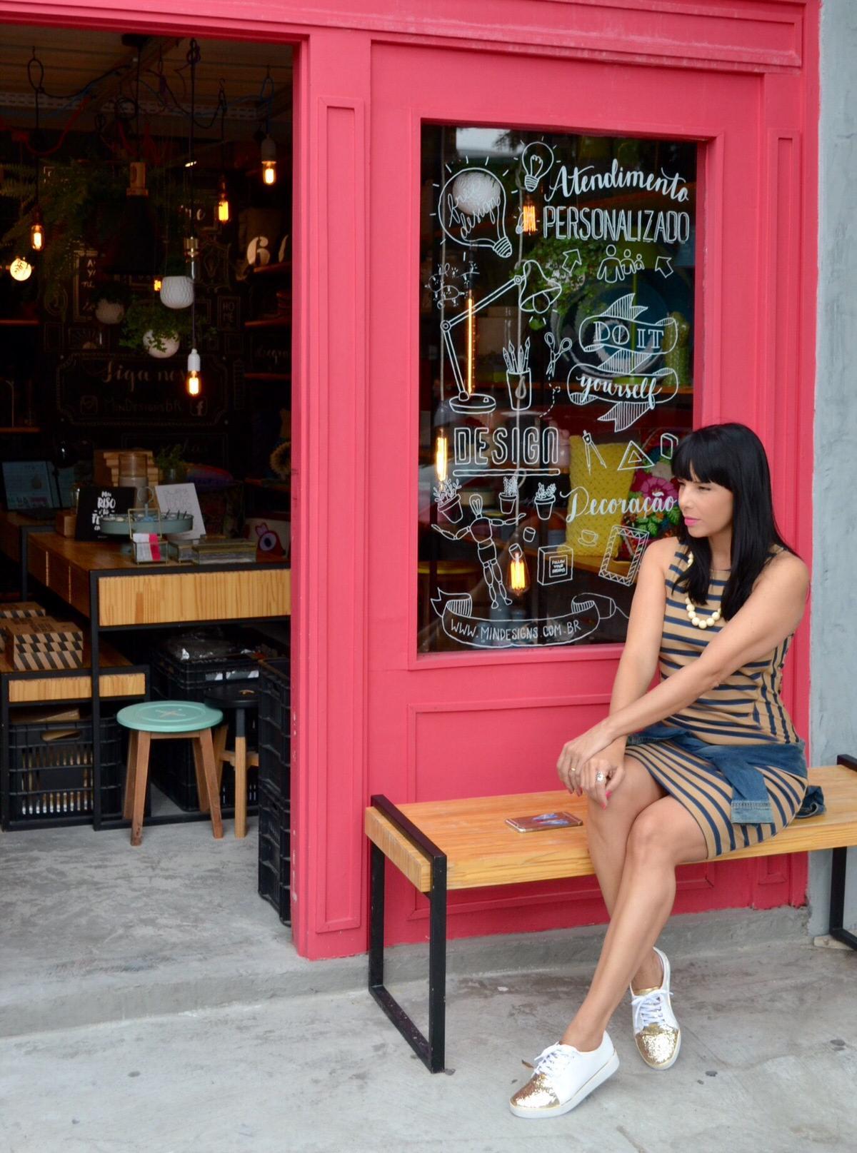 Dicas de Estilo - Look com tênis branco e vestido listrado sentada no banco