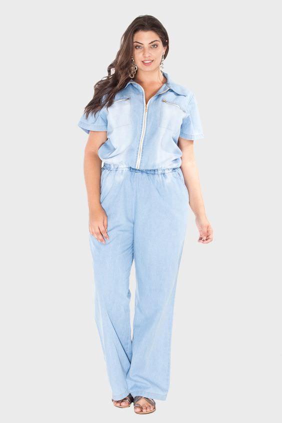 Macacão jeans para corpo plus size.