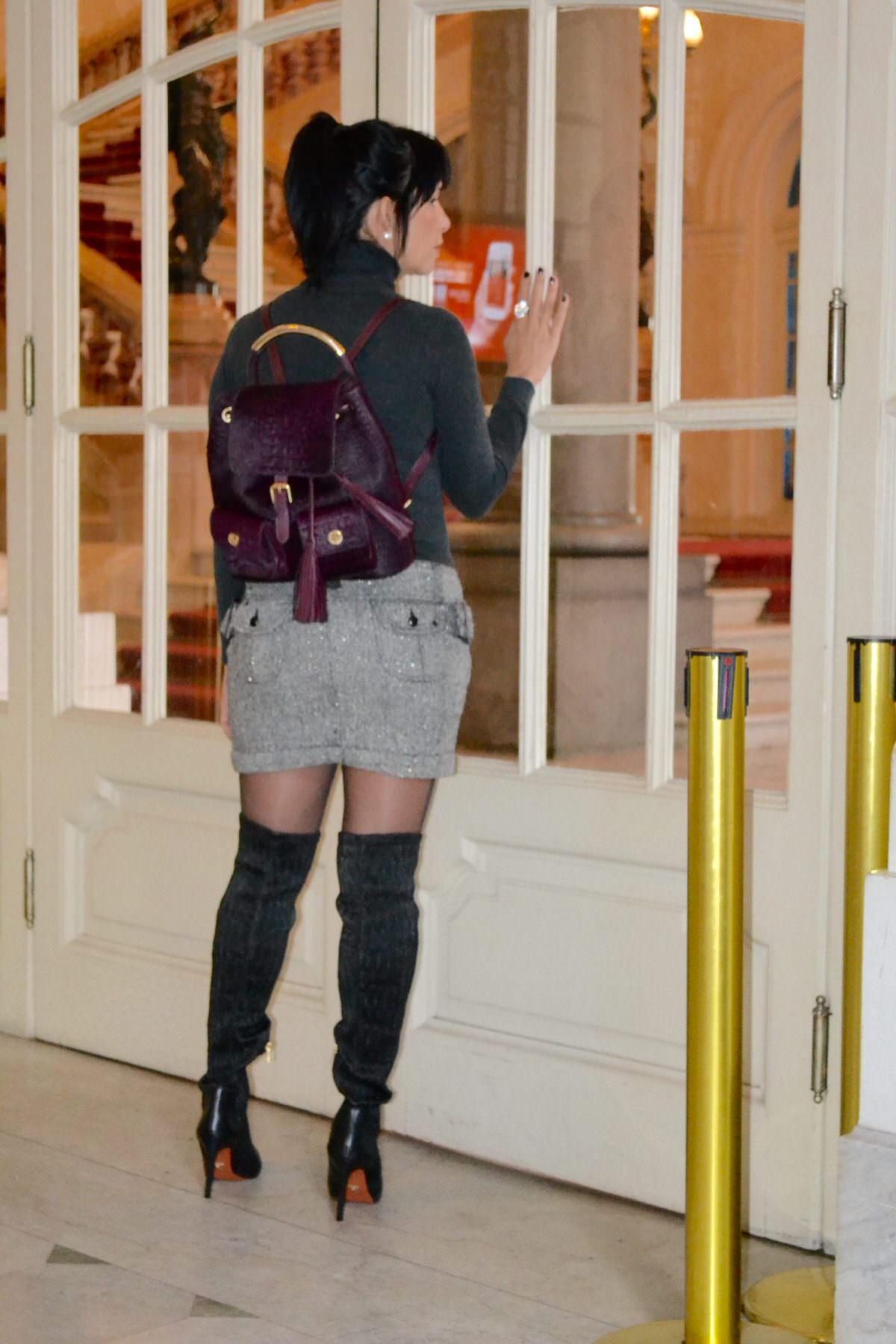 Alexandar Evangelista usando um modelo clássico da bolsa mochila marca Carrano
