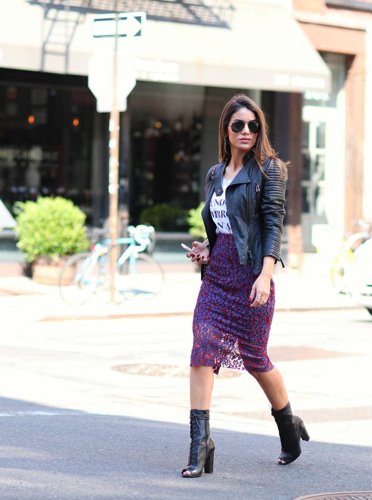 Look saia midi com bota e jaqueta de couro