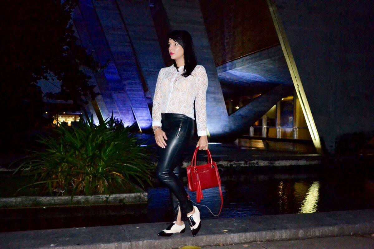 Look preto e branco com ponto de luz para a bolsa vermelha, acessórios da marca Carrano. Calça de couro fake Zara Brasil.