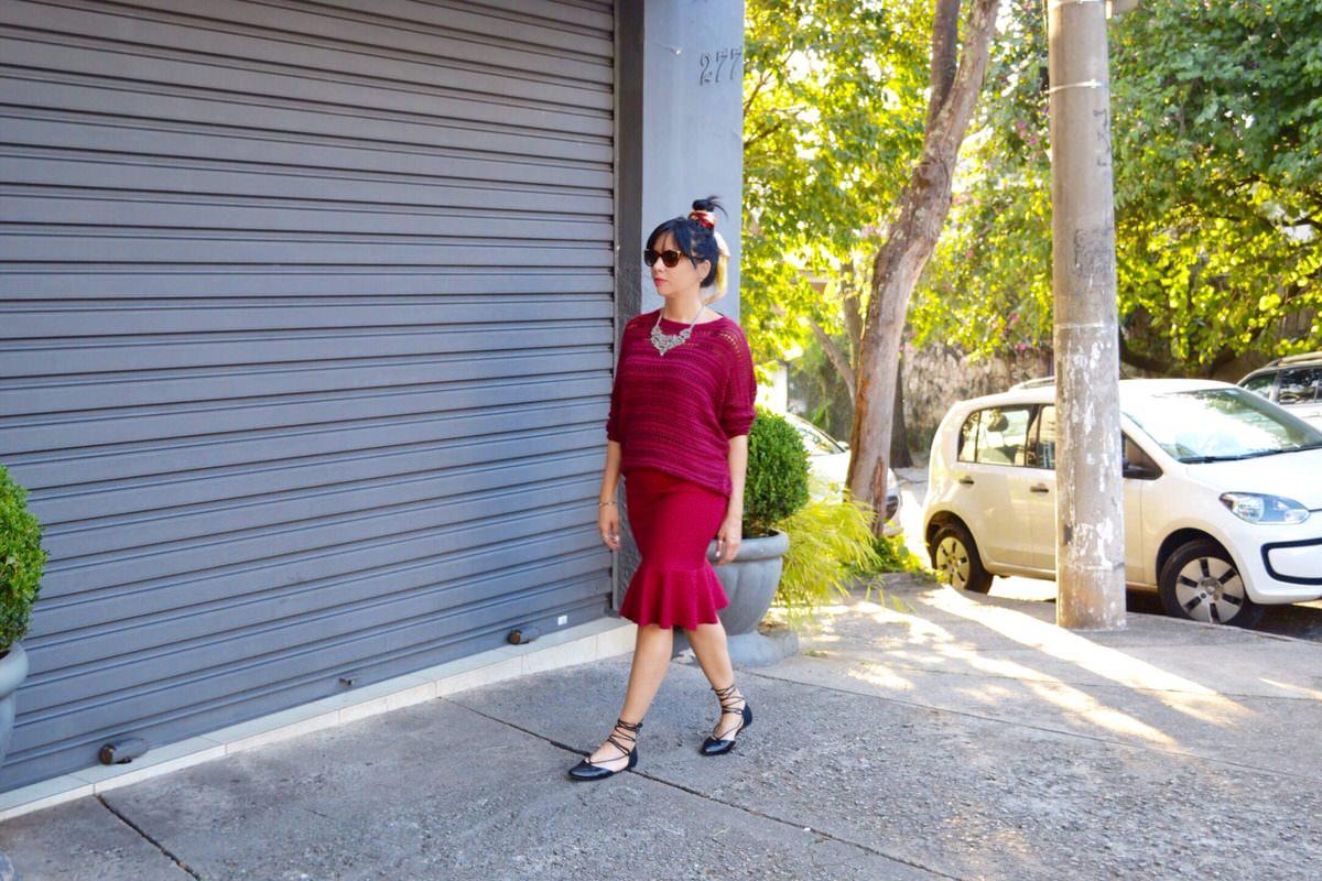 Look casual day com saia e tricot, acessórios My Gloss Alexandra Evangelista
