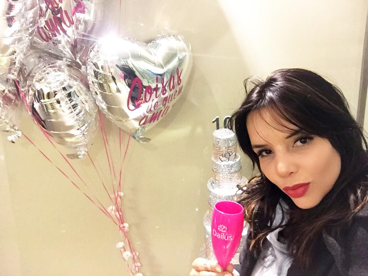 Alexandra Evangelista Personal Stylist, Fashion Blogger e Cool Hunter também esteve na festa de 10 anos da Dailus Color com parceria Swarovski