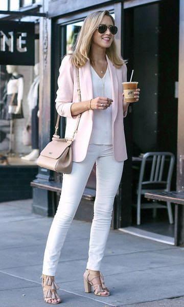 Look com blazer rosa bebê e calça branca, tons pasteis facil de usar por Alexandra Evangelista