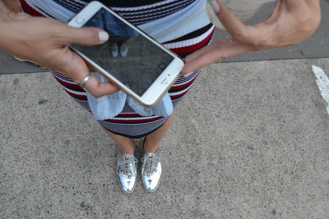 Sapato metalizado modelo oxford prata com vestido midi listrado