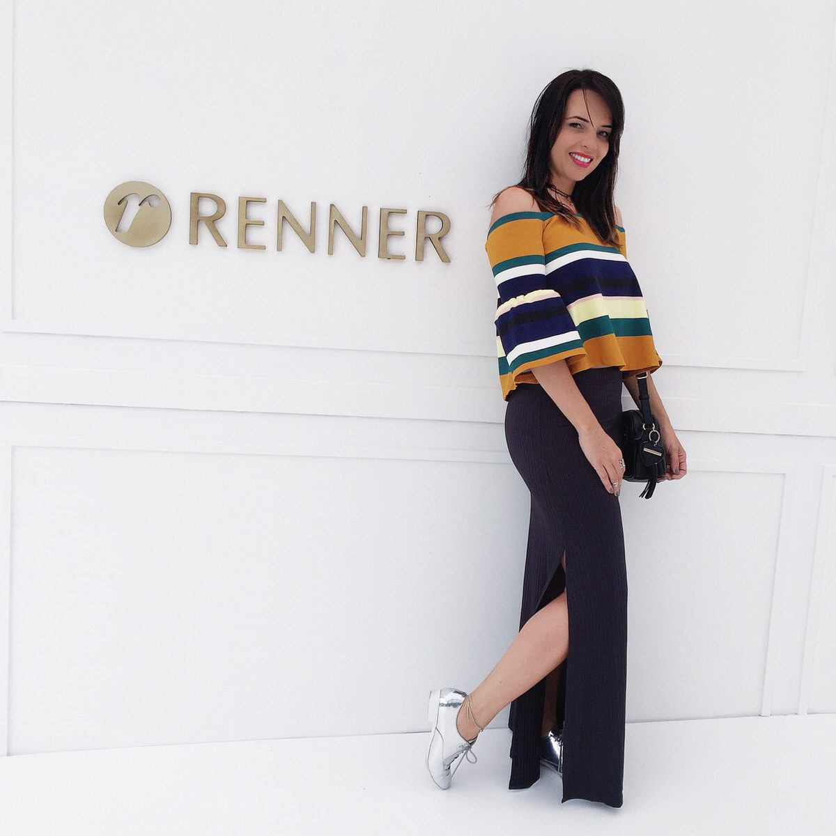 Alexandra Evangelista no Preview Renner Verão 2017, com look blusa Zara, saia Mamô e oxford Vizzano prata
