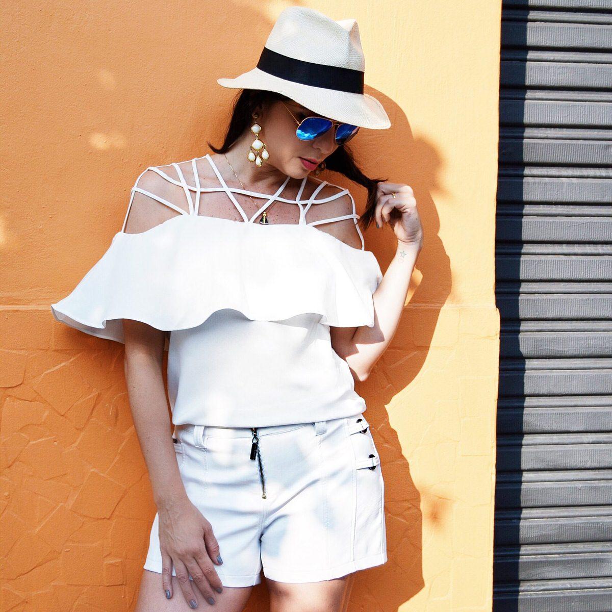 Morena Rosa Verão 2017, look por Alexandra Evangelista com blusa tendência verão 2016 ombro a ombro e shorts couro fake