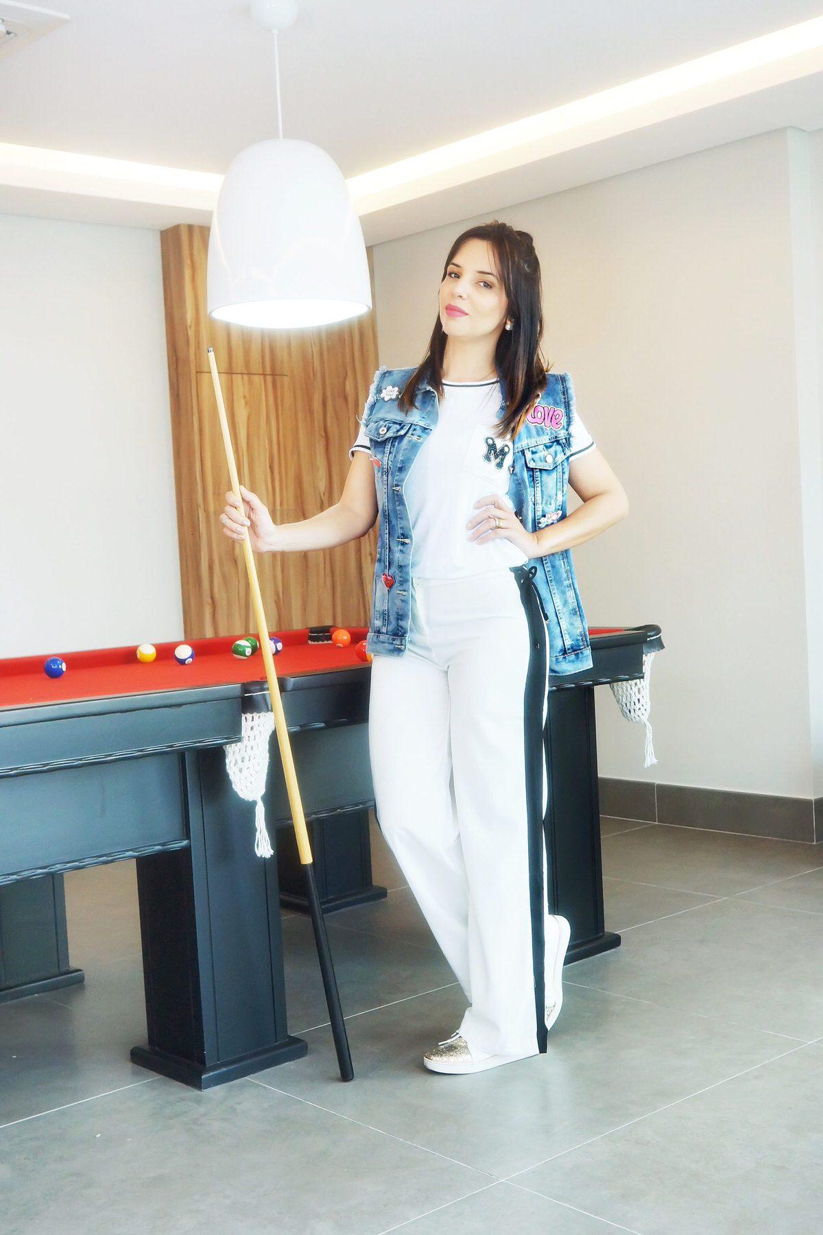 Look casual com maxi colete jeans e aplicações de patches da Mamô, estilo da fashionista Alexandra Evangelista