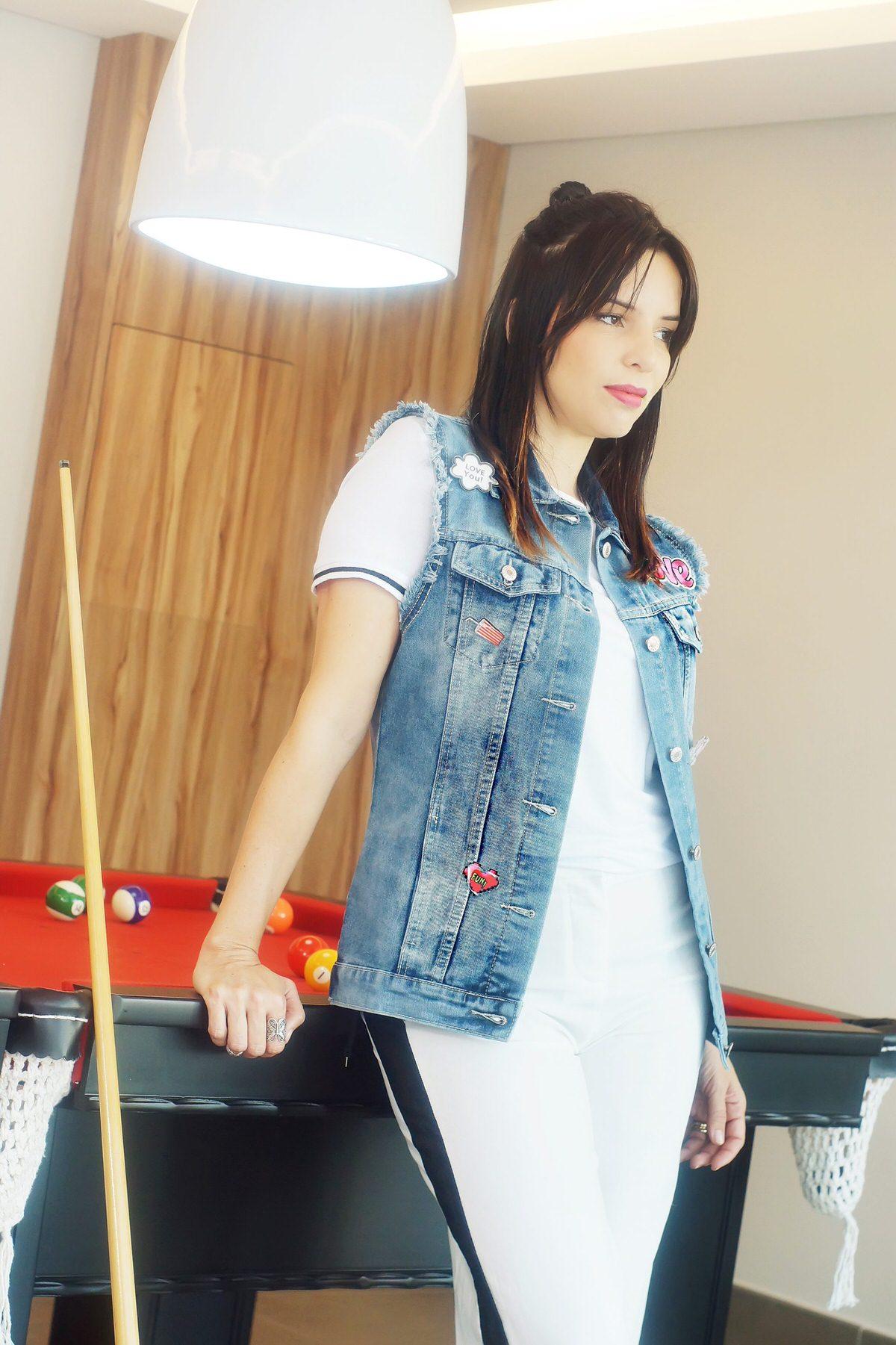 Maxi colete jeans com aplicações de patches uma tendência super divertida dos anos 90. Alexandra Evangelista