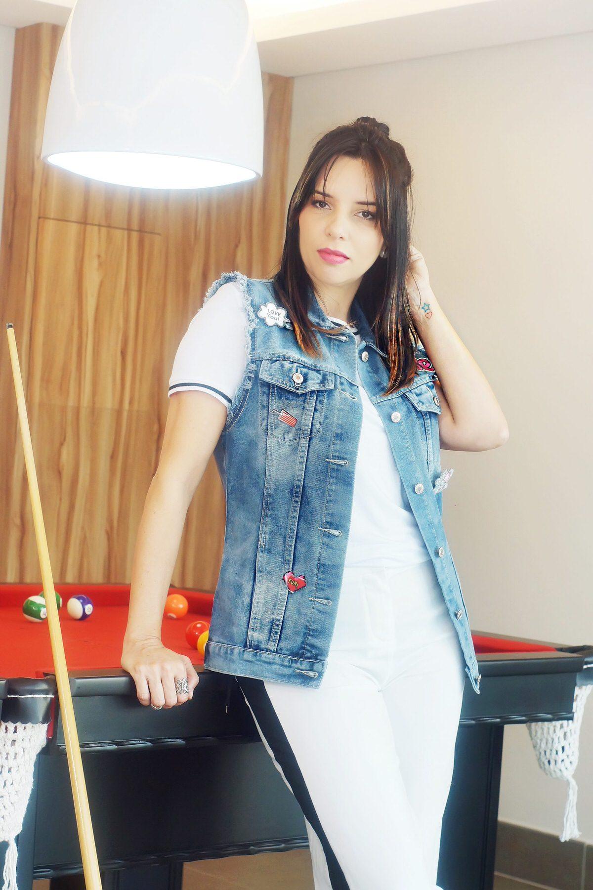 Maxi Colete jeans como usar. Look colete com patches Alexandra Evangelista