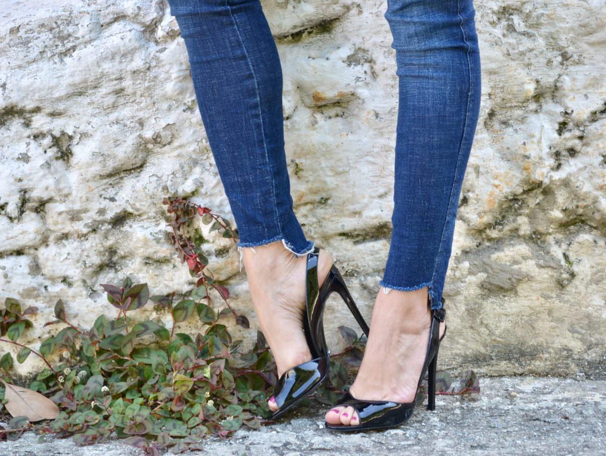 Meia de Seda look com sandália Schutz preta e calça jeans skinny.  Alexandra Evangelista