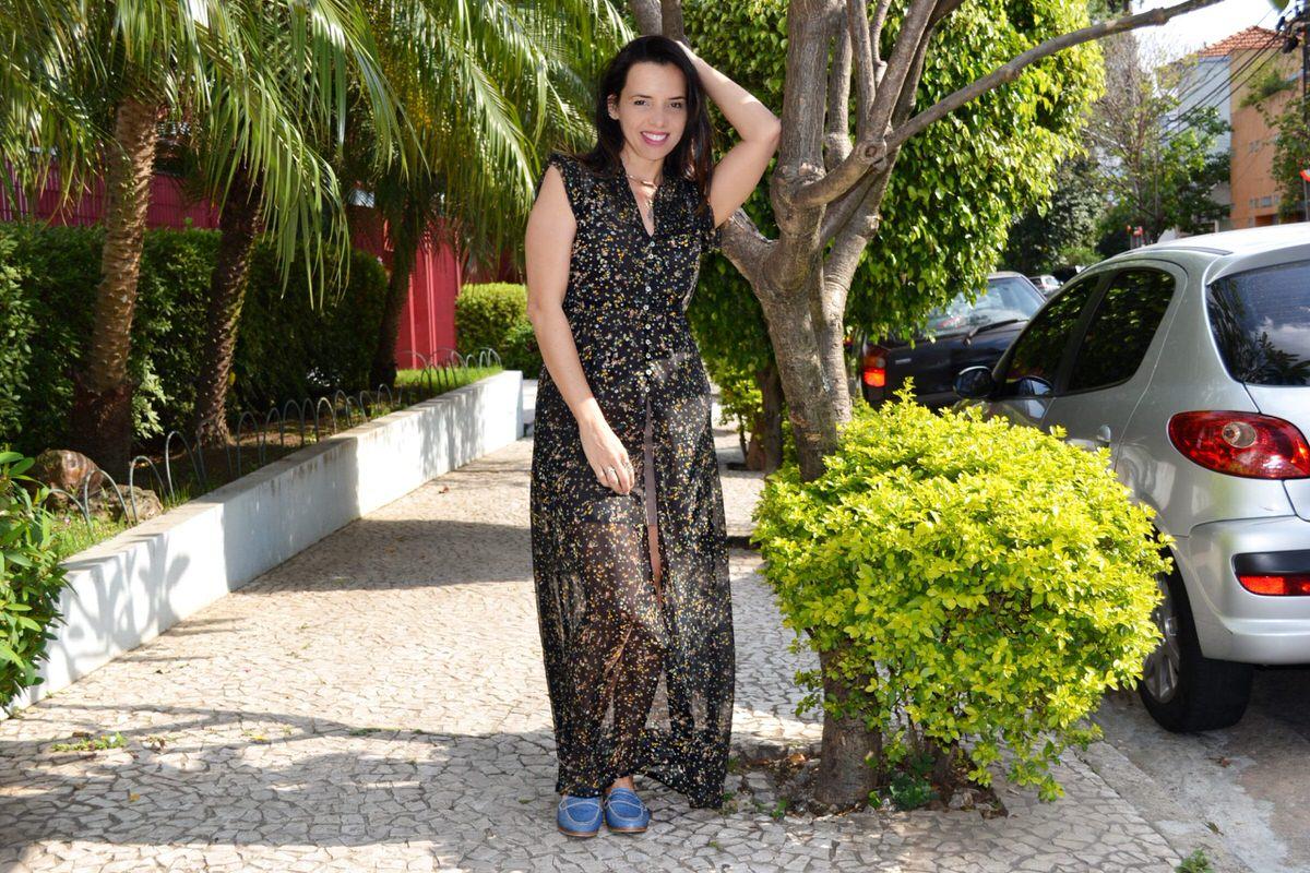 Maxi vestido transparente com sobreposição e mule jeans, look inspiração. Alexandra Evangelista
