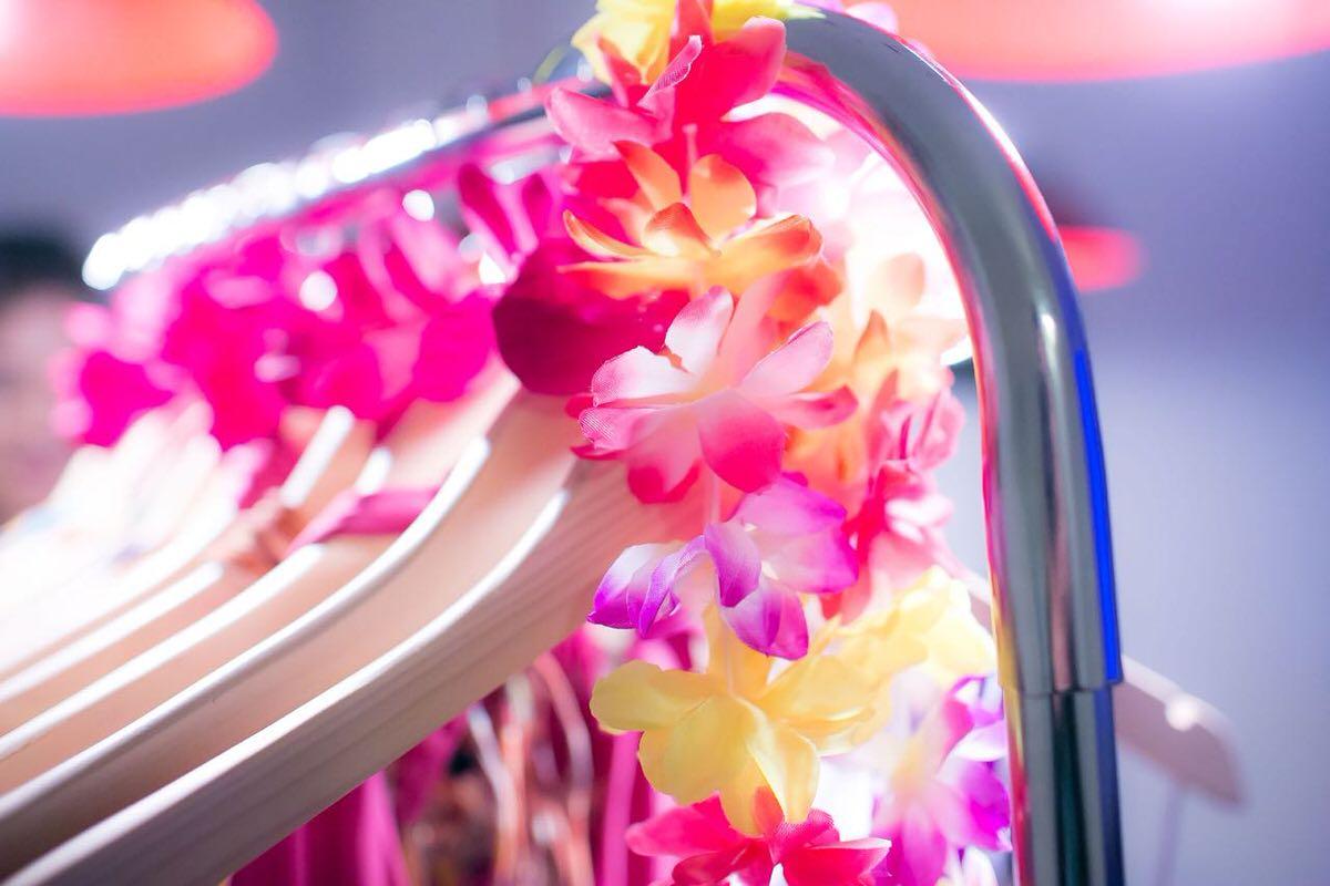 Decoracao estilo havai para o lancamento colecao verao 2017 Alexandra Evangelista bikini
