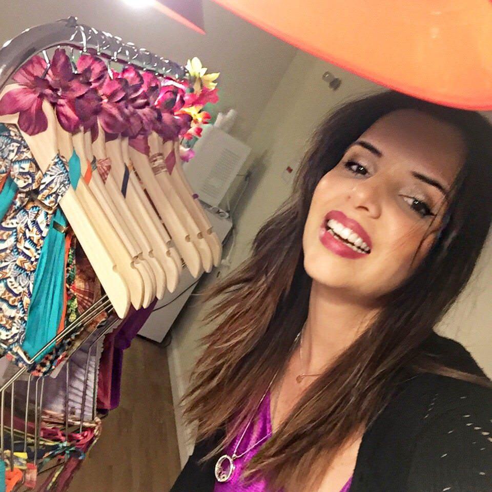 alexandra evangelista lança sua coleção de moda praia no restaurante havaianissimo