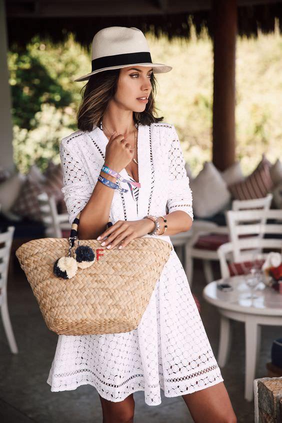 como usar bolsa de palha com vestido e chapéu de panamá, por Alexandra Evangelista