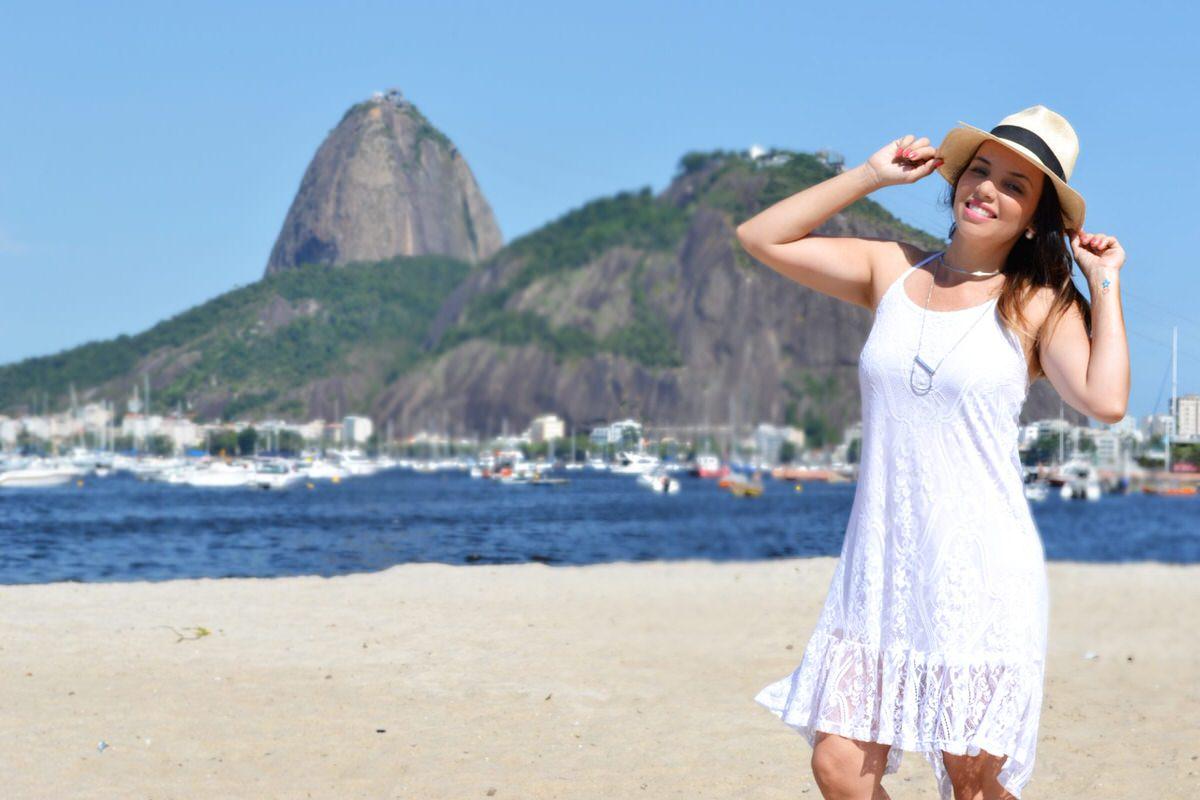 Rio de Janeiro, praia de Botafogo. Look Mosaico Virtual, com chapéu Panamá. Alexandra Evangelista
