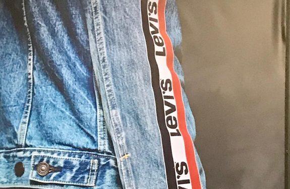 Jaqueta jeans com o logo esportivo